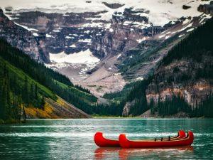 Canotage sur le lac Louise, Alberta.