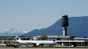 YVR, l'aéroport de Vancouver sur fond de Rocheuses.