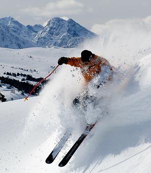 Ski dans la poudreuse dans les Rocheuses canadiennes.