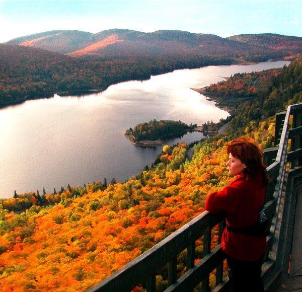 Vue d'un paysage d'automne dans les Laurentides.